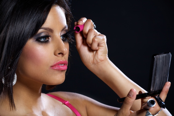Woman_applying_make-up